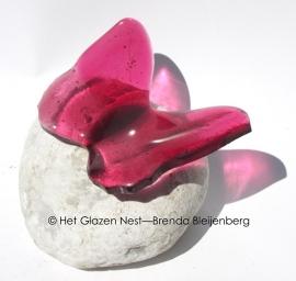 roze vlindertje op wit mini urn steentje
