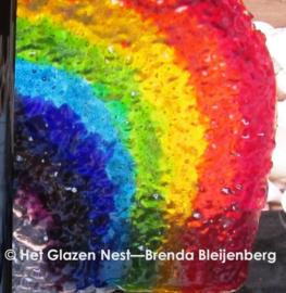 Speelse regenboog in doorzichtig glas
