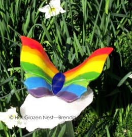 grote regenboog vlinder op bergkristal
