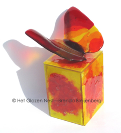 Glazen urn met rode vlinder