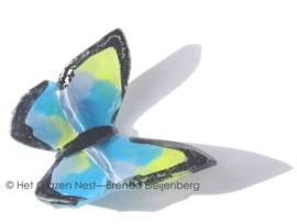 Speelse vlinder in lichtblauwe en geel