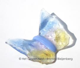 klein vlindertje in zacht geel, roze en blauw