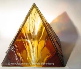 Bruingele piramide met relief, transparant