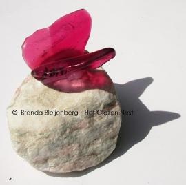 Roze vlinder op rosario steen