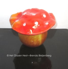 Kleine paddenstoel als urn