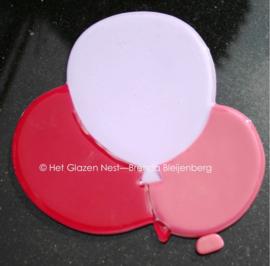 roze ballonnen op grafsteen