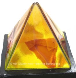 Piramide in geel- en bruintinten