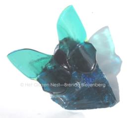 Zee groene vlinder op ruw zee groen glas