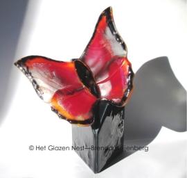 """Urn """"driehoek van glas met oranje vlinder"""""""