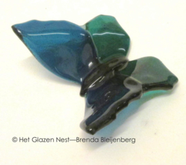 Speelse vlinder in zee groen