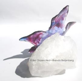 bloemetje in paars en lila op bergkristal