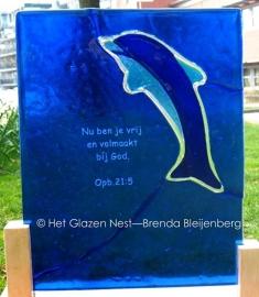 dolfijn in blauw glas