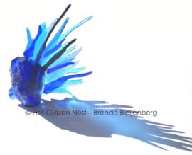 Grillig blauw als kunstobject in glas