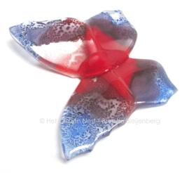 vlinder met spitse vleugels in paars en rood
