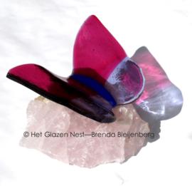 Roze en lila vlinder op rozenkwarts
