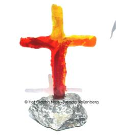 Oranje en geel kruis in doorzichtig glas