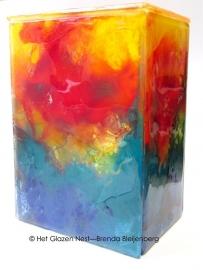 """glazen urn met abstracte """"engelen"""" figuren"""