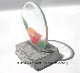 Papaver in cirkel, op een stuk graniet