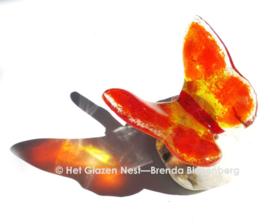 Vlinder in oranje kleuren als miniurn