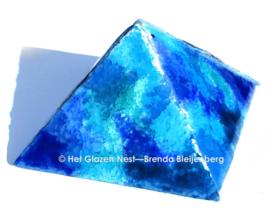 Blauwe piramide als urn