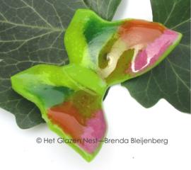 groene vlinder met licht roze accenten
