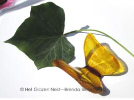 vlinder in warm geel