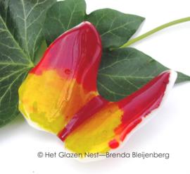 klein rood en geel vlindertje met spitse vleugels