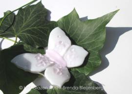 Witte vlinder met zachtroze lijfje en stippen