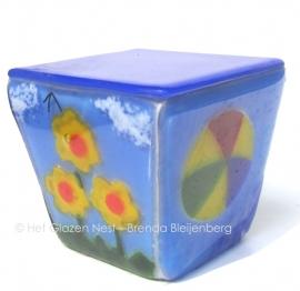 glas urn met  bloem, bal en boom