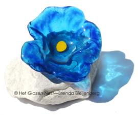 abstracte bloem in aqua blauw op steen