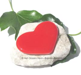 klein hartje in tomaat rood op steen steentje