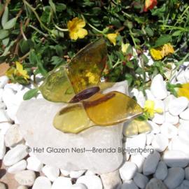 gele vlinder op bergkristal
