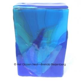 glazen urn in de kleuren van het water