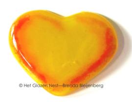 Klein geel hartje met oranje slingers