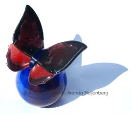 Bijzondere glazen vlinder op bol-urn