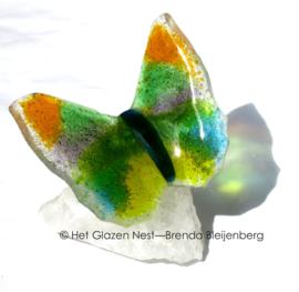 Groen en gele vlinder op bergkristal