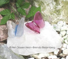 2 baby vlinders op witte kristal