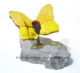kleine gele vlinders op rvs en steen