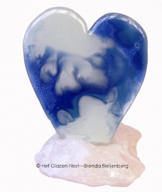 Blauwwit gewolkt hart in bergkristal