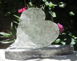 blank hart in ruw glas op graniet sokkel