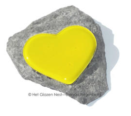 klein geel hartje op steentje op steen