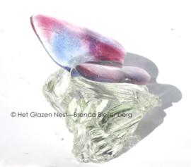 Vlinder in zachte kleuren op glas steen