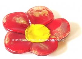 rood bloemetje met goudkleurige stippen