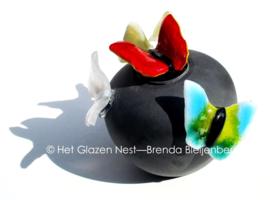 Zwarte bol-urn met kleine vlinders
