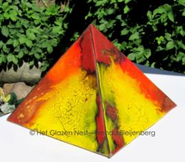 piramide in bruin en geel als urn