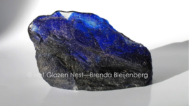 ruwe handgevormde steen in blauw glas