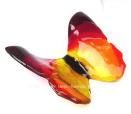 grote vlinder in doorzichtig geel en rood