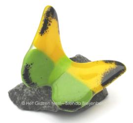 Vlinder op steentje in groen en geel