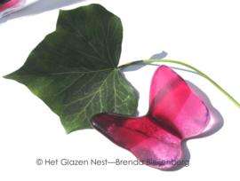 vliegende roze vlinder