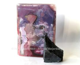 figuur in paarse kleuren